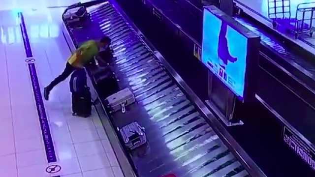 在机场偷中国人行李被抓,作案多次