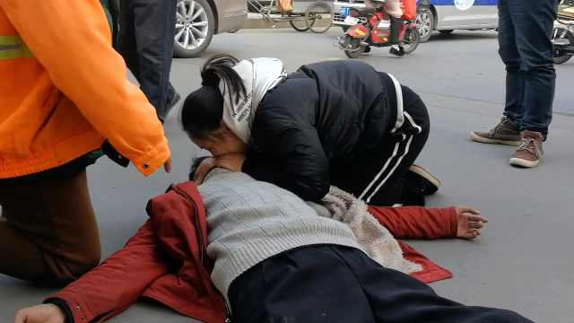 流浪汉晕倒在地,女孩人工呼吸救援