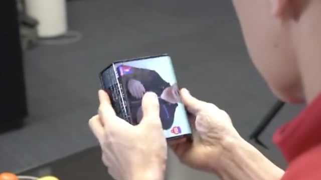 小米总裁展示全球首台双折叠手机