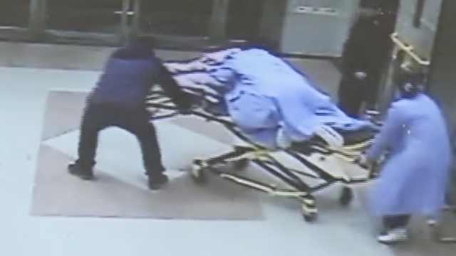 孕妇脐带脱垂,医生跪担架举40分钟