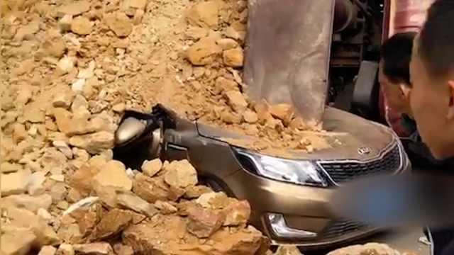 泥头车侧翻瞬间掩埋2小车,1人遇难