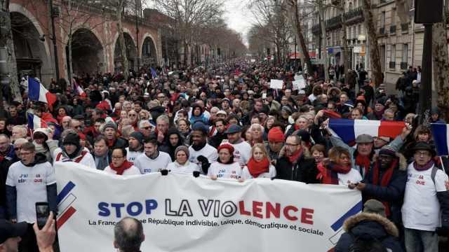 黄背心太暴力!巴黎万名红围巾抗议