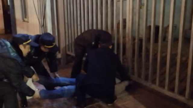 笑!醉酒男回家进错门,哭着头撞栅栏