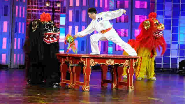 北京小伙变身舞狮队,惟妙惟肖!