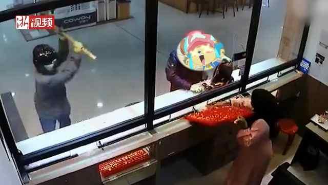 男子挥锤抢金店,2分钟抢80万黄金