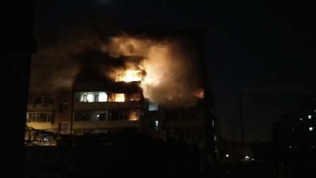 居民楼燃气泄漏引大火,致一死三伤