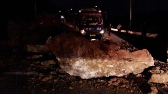 客车撞巨石无人伤亡:全员系安全带