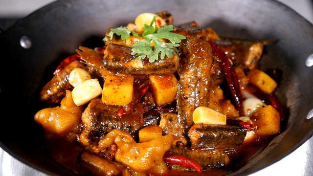 大厨教你做香锅凤爪泥鳅,养生大菜