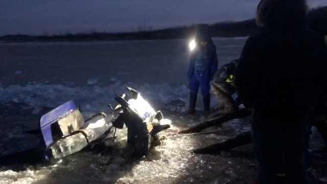 三轮车坠冰致2死,救援者潜水捞车
