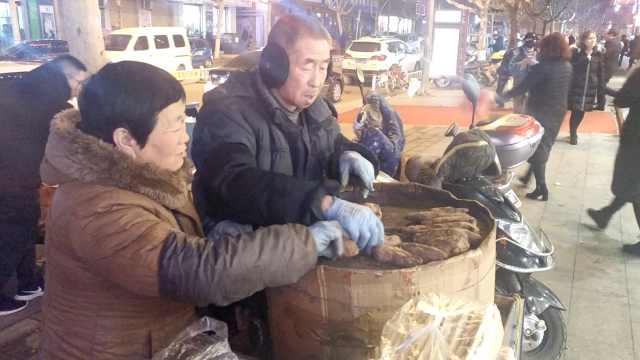 夫妻寒夜卖红薯,给13子孙赚红包钱