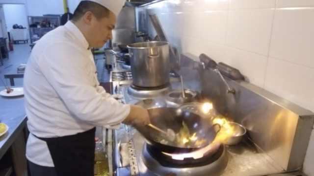 廚師除夕做300道菜:累到端不起碗