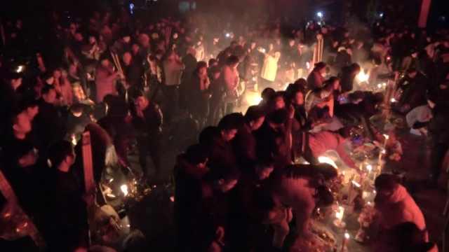 关林庙凌晨没开,香客聚广场烧头香