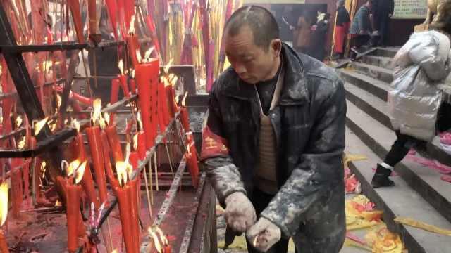 他寺庙清香烛常被烫,衣服全是窟窿
