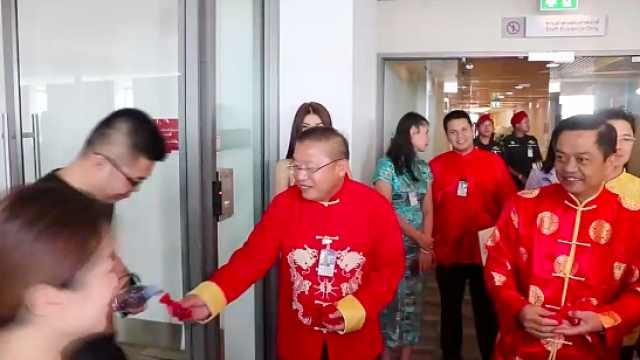 发礼物!泰国机场花式欢迎中国游客