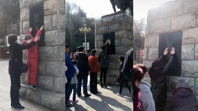 游客排队摸霍去病像,祈祷祛病消灾
