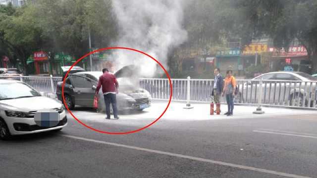 公交车司机帮助小轿车灭火