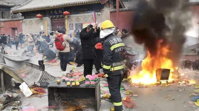 五台山香炉被烧塌,游客仍焚香祈福
