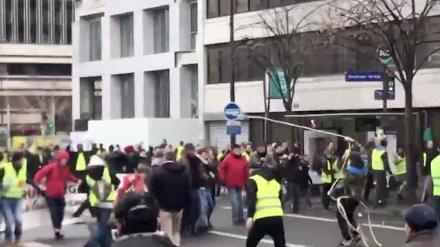 法国黄背心两派内讧,大街上互殴