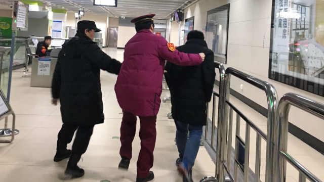 同学聚会醉酒,男子瘫倒地铁站