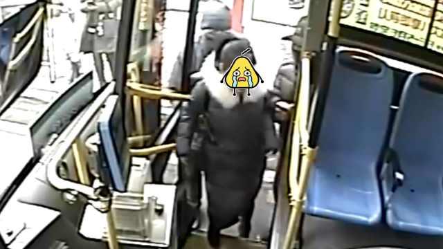 女乘客手机被偷,他开公交霸气拦截
