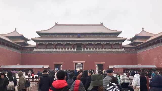 北京再次迎降雪,故宫游客扎堆赏雪