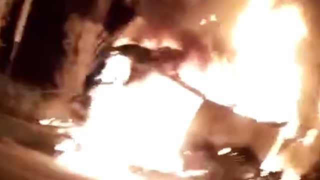 小车直冲绿化带起火,瞬间烧成空架