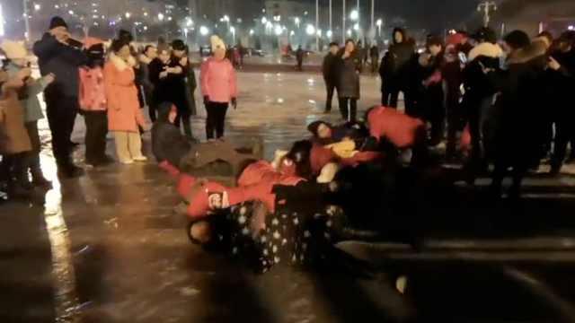 元宵节百余人滚冰面,祈求平安健康