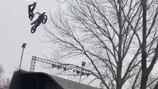猛犸视频丨景区老外飞车表演出意外
