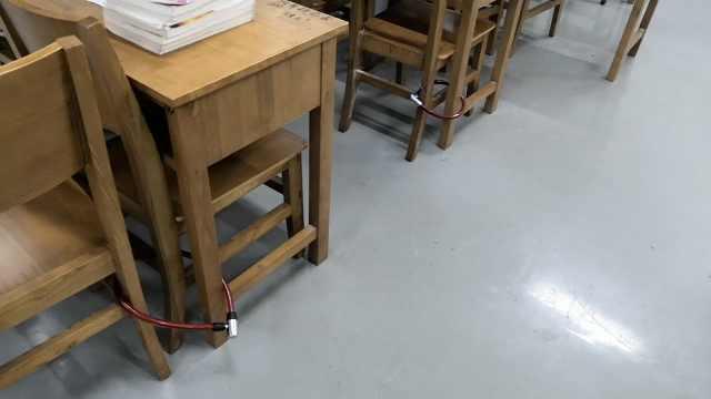 用铁链锁住桌椅!大学生竟如此占座