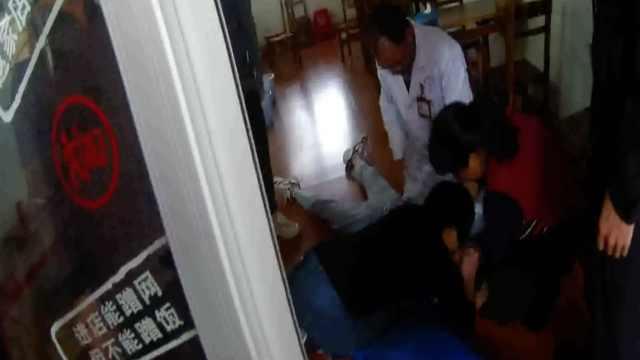 女学生校外休克晕倒,众人合力抢救