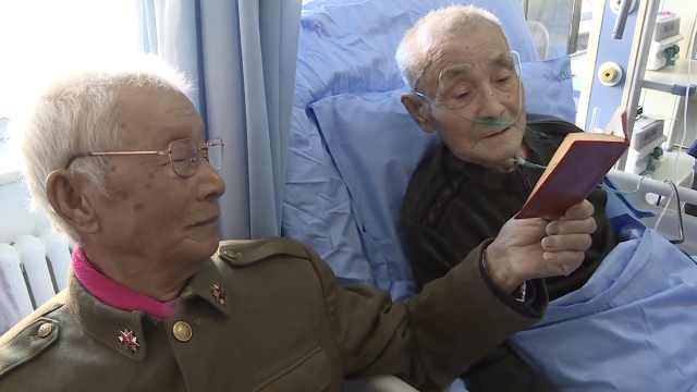 老兵病重,70年未见战友床前敬军礼