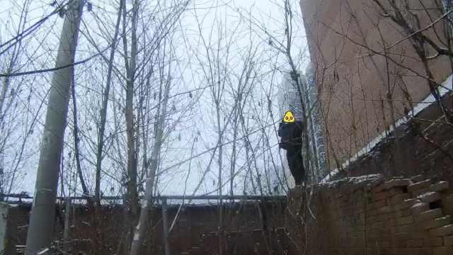 他超载被查,树林狂奔数百米后爬墙