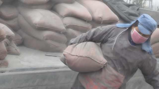 丈夫伤残,她卸水泥养全家:1吨8元钱