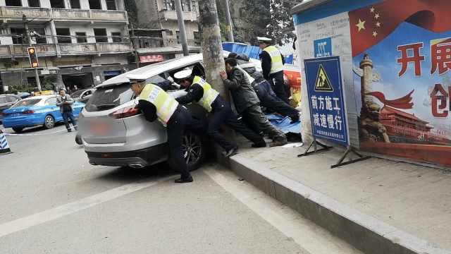 女司机误踩油门撞人,警民抬车救人