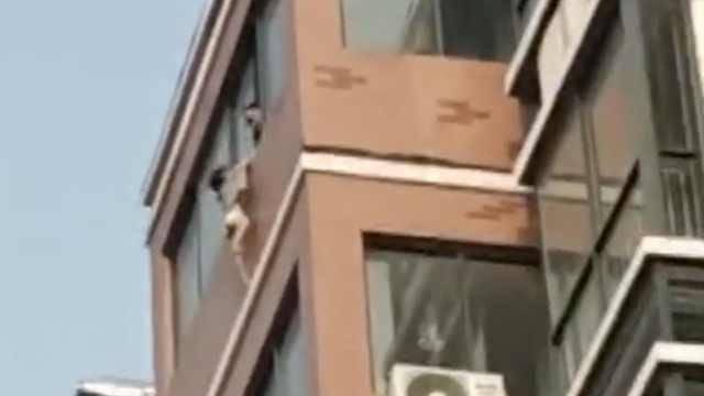 3歲女童懸窗外,鄰居2分鐘爬7樓救人