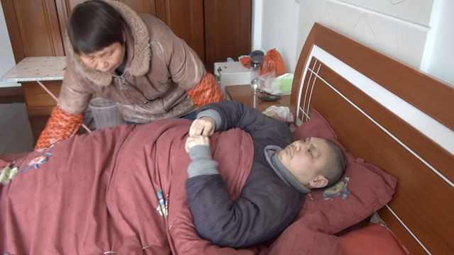 她照顧癱瘓養子33年:患癌也不叫苦