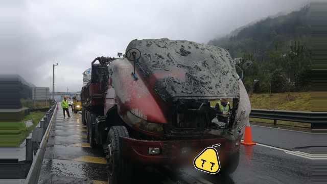 货车起火,路过司机送来12个灭火器