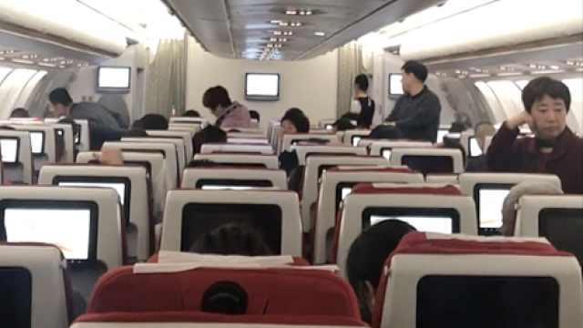 2女子疑扔硬币祈福,航班延误2小时