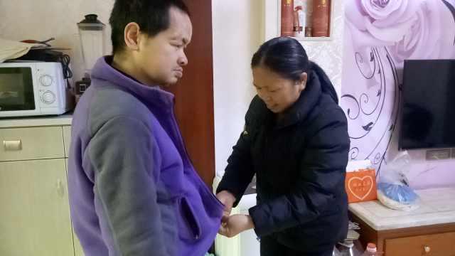 她照顾智残儿32年:在一天陪他一天