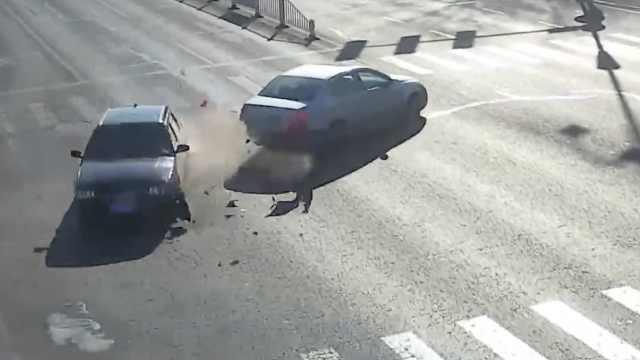女司机油门当刹车,撞车后冲入小区