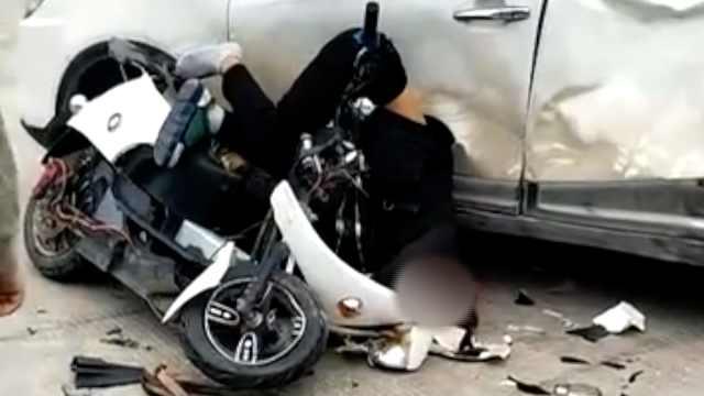 监拍:电动车高速撞击汽车,车身粉碎