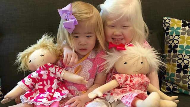 她为外貌特殊的孩子制作娃娃