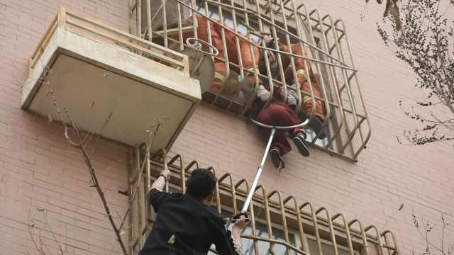 惊险!男童翻出4楼窗户卡在护栏间