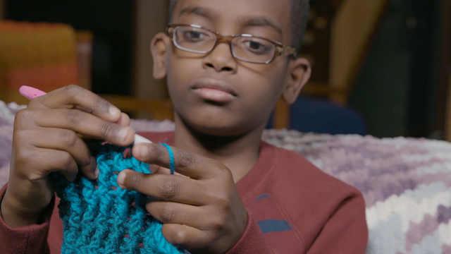 11岁小男孩自学成为编织高手