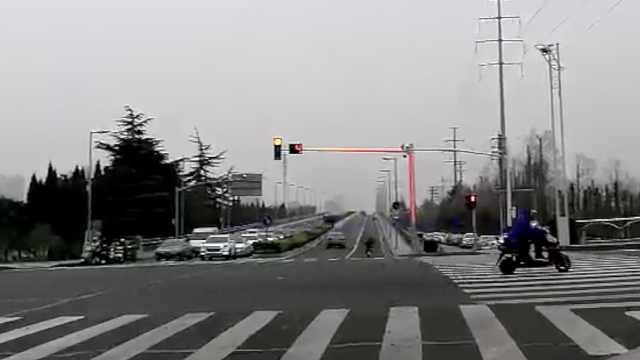 街头现Plus版信号灯:灯杆也在发光