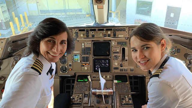 母女搭档驾驶飞机,爆红网络