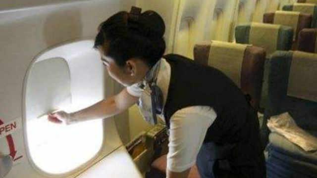 飞机起飞降落时要将窗户遮光板打开
