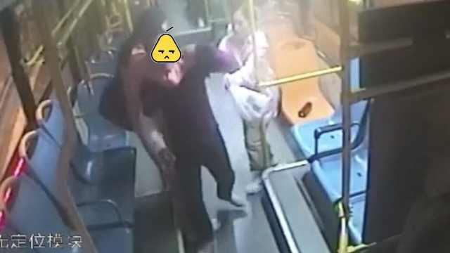 他乘公交打司机,2女大学生拼命阻拦