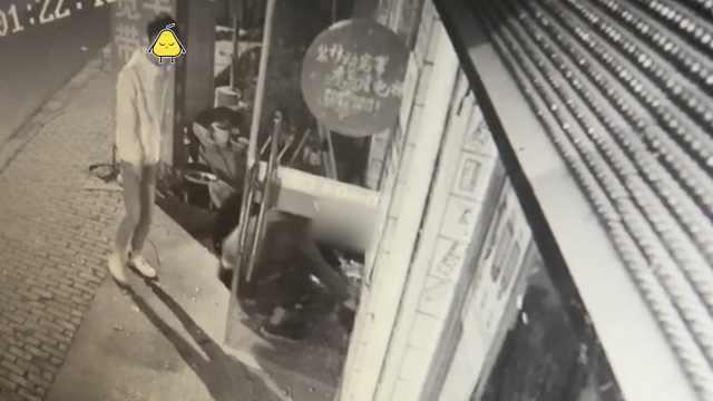 3少年凌晨偷手机店,败给了卷帘门
