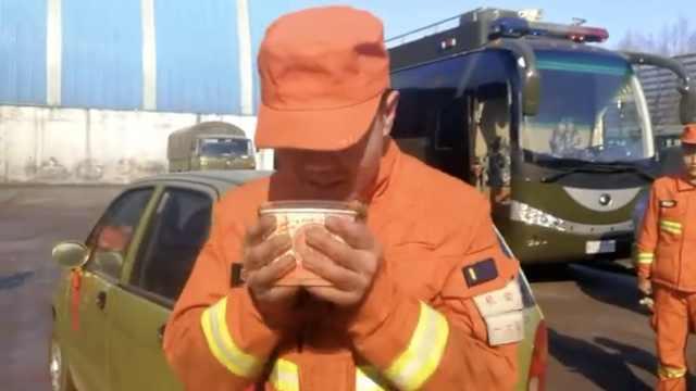 灭火现场,老乡一碗粥温暖了消防员